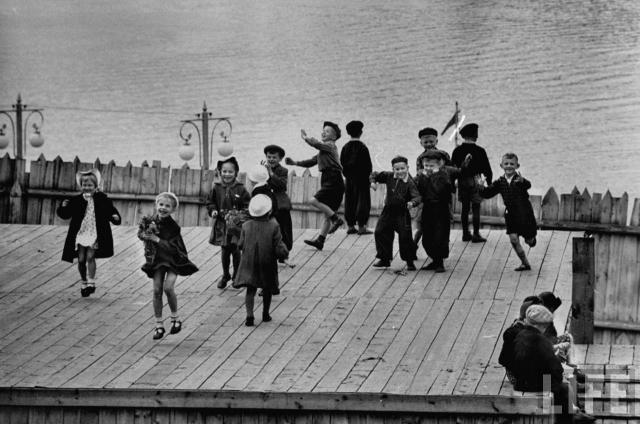 Танцующие дети.