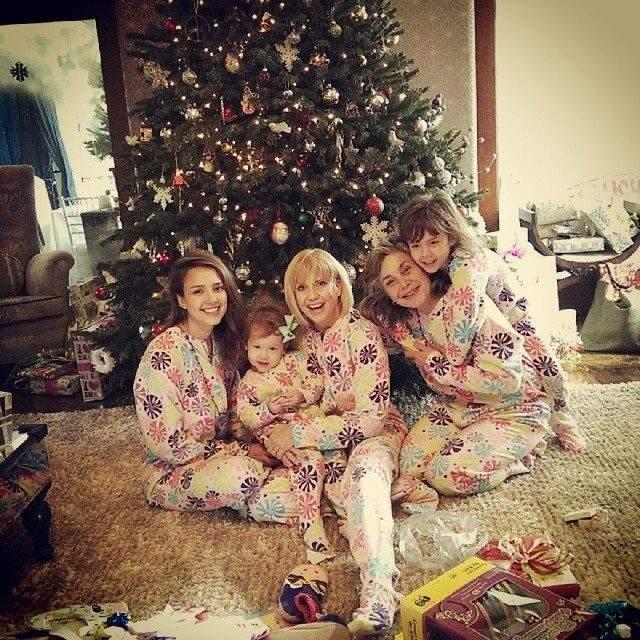 Джессика Альба с семьей устроила пижамную вечеринку на Рождество.