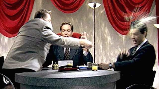 Владимир Жириновский. 18 июня 1995 года. На снимке, широко тиражируемым много лет кряду, Борису Немцову в лицо был выплеснут стакан сока. Сок был апельсиновым. А Немцов тогда был губернатором Нижегородской области, который якобы саботировал прибытие Жириновского в город.