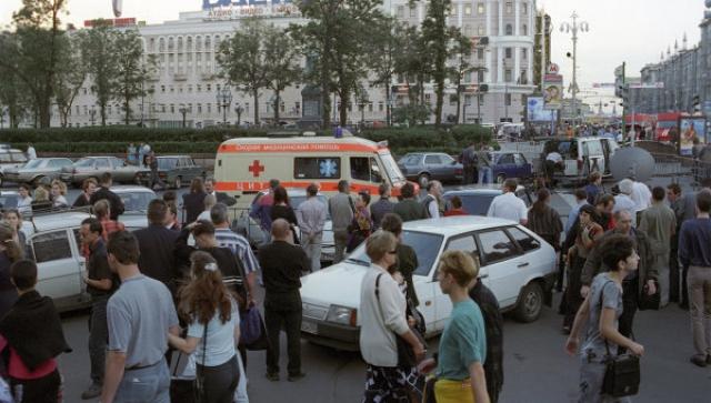 После этого они выбежали из подземного перехода, через минуту прогремел взрыв, в результате которого были разрушены торговые павильоны и частично - конструкции перехода.