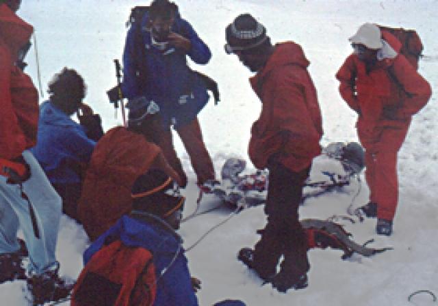 В тот день трое альпинистов из Великобритании поднимались снизу к лагерю 5300, предполагая там заночевать. Однако их смутило какое-то неясное, тревожное предчувствие.