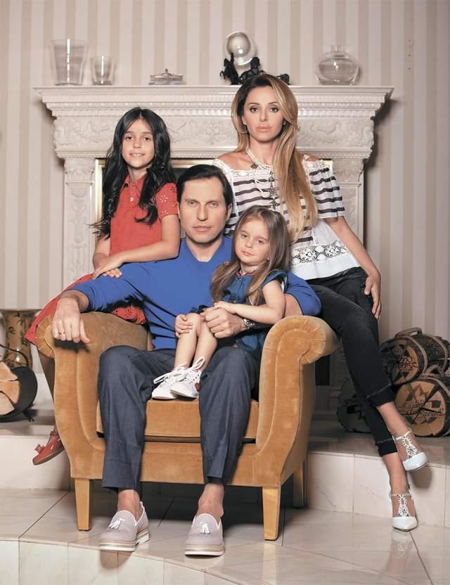 В 2007 году артист женился на девушке по имени Анжелика, у них двое детей.