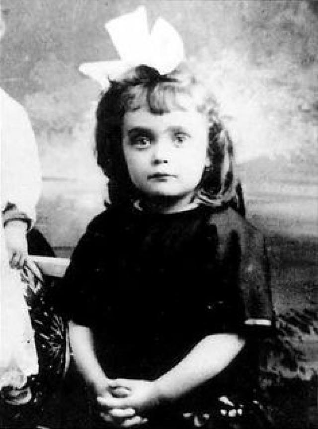 Эдит Пиаф. Будущая звезда родилась в семье несостоявшейся актрисы Аниты Майяр и акробата Луи Гассьона. Через два года Луи Гассьон узнал, что жена его бросила, а дочь отдала на воспитание своим родителям.