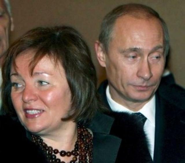 """В апреле 2008 года газета """"Московский корреспондент"""" опубликовала статью, что Владимир Путин развелся с женой Людмилой и собирается жениться на Алине Кабаевой."""