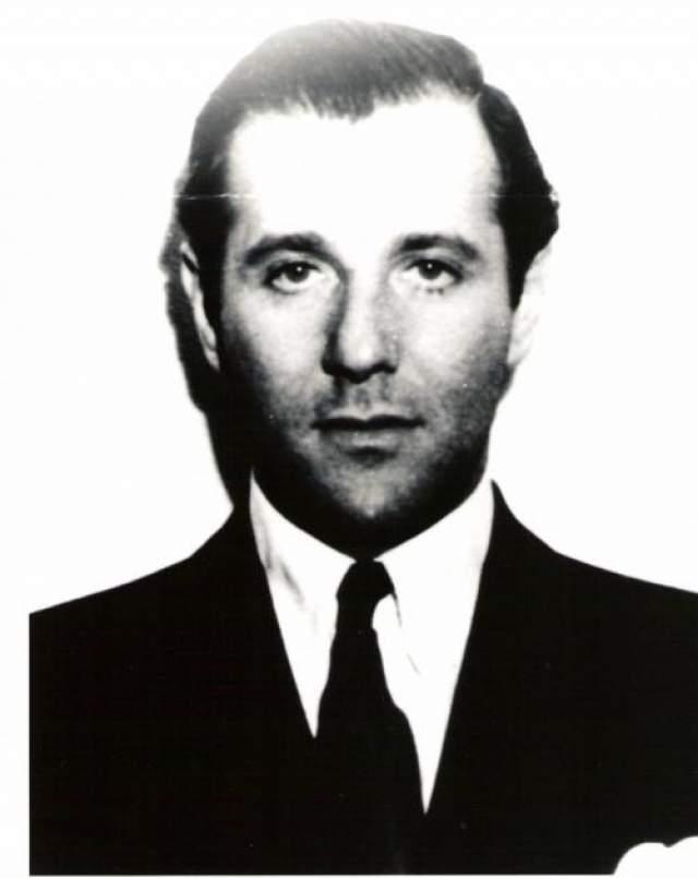 Багси Сигел Известный своим казино в Лас-Вегасе и криминальной империей Бенджамин Сигельбаум, который в мире криминала звался Багси Сигелом, - один из самых знаменитых гангстеров в современной истории. Начав с посредственной бруклинском банды, юный Багси познакомился с другим начинающим бандитом, Меером Лански, и создал группировку Murder INC, специализировавшуюся на заказных убийствах. В нее входили гангстеры еврейского происхождения.