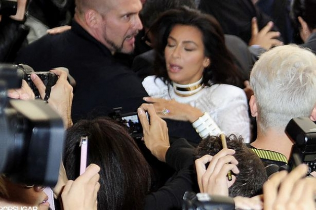 На Неделе моды в Париже была атакована Ким Кардашьян : на звезду, выходящую из машины набросился один из встречающих ее поклонников и чуть было не повалил на землю. Звезда не пострадала.
