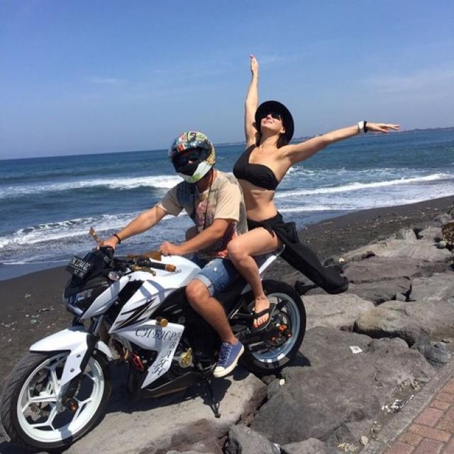 В своем Инстаграме актриса щедро делится с поклонниками фотографиями с отдыха на Бали и других курортах.