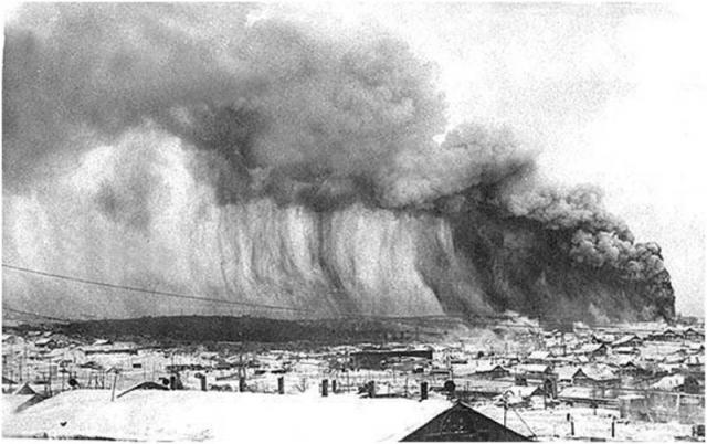 Землетрясение на побережье Курильских островов. 5 ноября 1952 года мощное землетрясение магнитудой 9,0 баллов и глубиной гипоцентра 20 км вызвало цунами на побережье Курильских островов. Само землетрясение не принесло значительных разрушений, однако вызвало цунами.