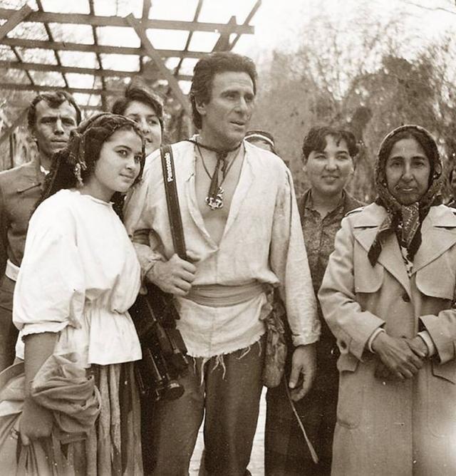 """Когда несколько """"остернов"""" все-таки попали в США, настоящие индейцы решили пригласить Гойко Митича в гости."""