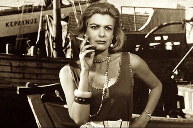 """Ее карьера развивалась отлично, но с приходом к власти режима """"черных полковников"""" творческая жизнь в стране замерла, а Мелине, всегда придерживающейся социалистических взглядов, пришлось покинуть родину и уехать во Францию, где жил ее муж режиссер Жюль Дассен."""