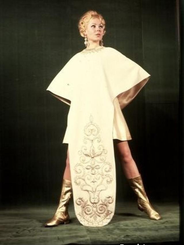 """В Москве она стала мамой. А в 1967 году ее ждал звездный час: в Доме моделей для Збарской шили платье под названием """"Россия"""". Но худсовет решил, что наряд идеально сидит именно на Романовской."""