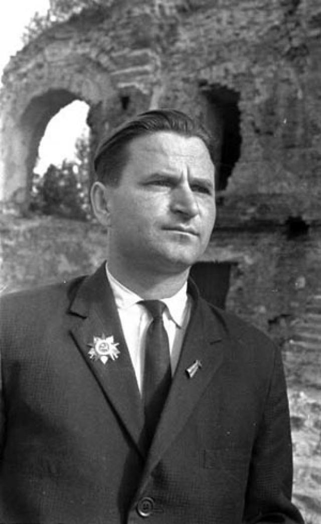 Петю отправили на принудительные работы в Германию, где он стал батраком у немецкого крестьянина. Из плена его освободили в 1945 году.