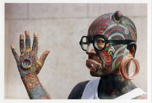Силиконовые имплантаты под кожей Этьена создают видимость того, что тело мужчины ребристое. Этьен Дюмон считает свои татуировки произведением искусства.
