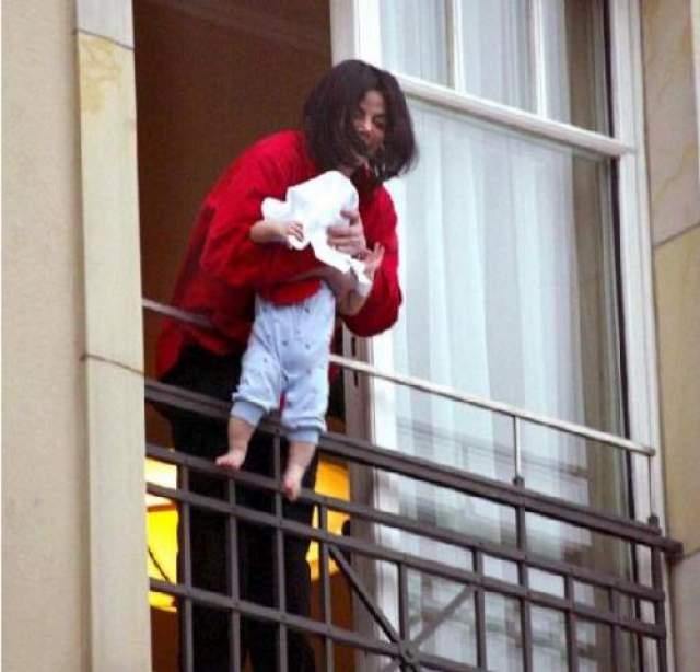 В 2002 году Майкл Джексон помахал фанатам младенцем-сыном по имени Бланкет из окна отеля Adlton В Берлине. Непродуманную выходку тогда запечатлели сотни фото- и видеокамер, разразился грандиозный скандал.