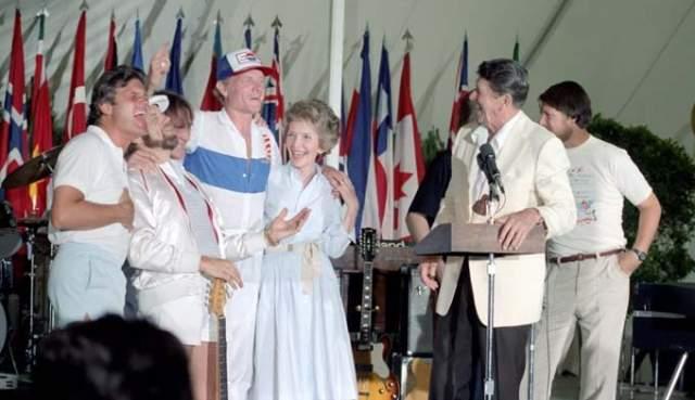 Beach Boys и Рональд Рейган. Фотография была сделана 12 июля 1983 года в Белом доме, куда пригласили рок-музыкантов.