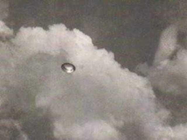 Южная Африка, 1956 Этот снимок был сделан женщиной, которая пользовалась всеобщим уважением и доверием в обществе. Ее муж был майором в южно-африканских ВВС, а сама Элизабет работала в разведке ВВС. Всего было сделано 7 фотографий в присутствии двух свидетелей у подножья Дракенсбергских гор. Возможное объяснение: оптическое атмосферное явление.