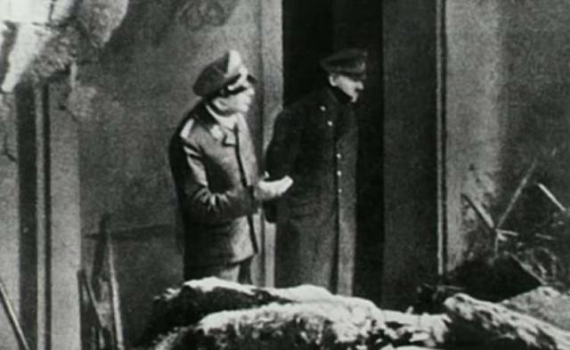 На фото: последний прижизненных снимок Гитлера, сделанный 30 апреля. На пороге бункера во дворе Рейхсканцелярии в Берлине фюрера запечатлел один из офицеров его личной охраны.