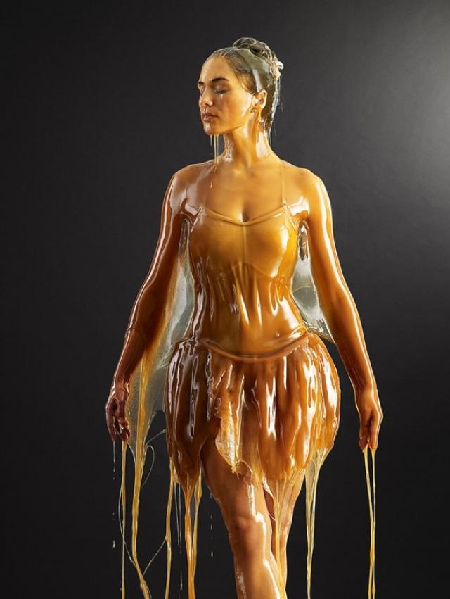 После нескольких снимков Блейк решил подойти к процессу более основательно и попросил помощников облить моделей медом с головы до ног.