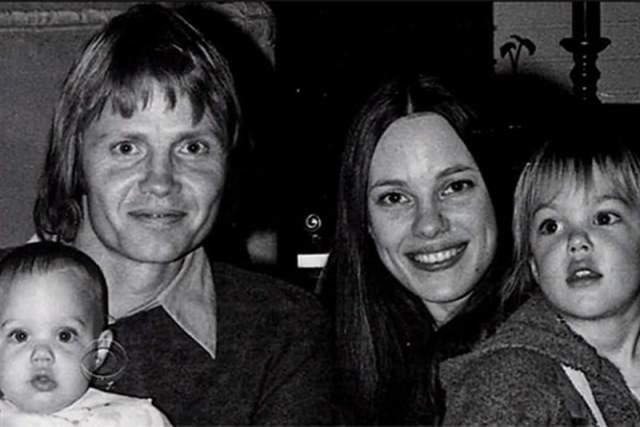 При этом Джоли состоялась как сценарист, кинорежиссер, фотомодель и даже посол доброй воли ООН. Но мало кто знает, что Анджелина родилась в семье актеров. Ее мать, Маршелин Бертран, перестала сниматься сразу после рождения дочери, а отец, Джон Войт, некоторое время еще снимался в кино.