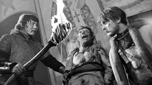 В этом фильме есть эпизод, когда героя Никулина пытают. Актер, играющий татарина, подносит к его лицу горящий факел и говорит свои слова. Огонь до лица не достает, но Никулин начинает кричать страшным голосом. Снимали Никулина по пояс, и никто не видел, что горячая солярка с факела капала на босые ноги знаменитого актера.