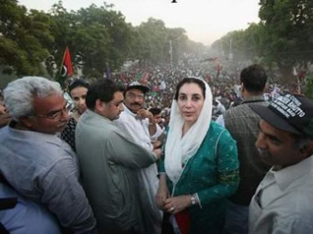 Беназир Бхутто Бхутто выступала на митинге 27 декабря 2007 года в городе Равалпинди. премьер -министр исламской республики Пакистан собираласьуехать и села в бронированный автомобиль.