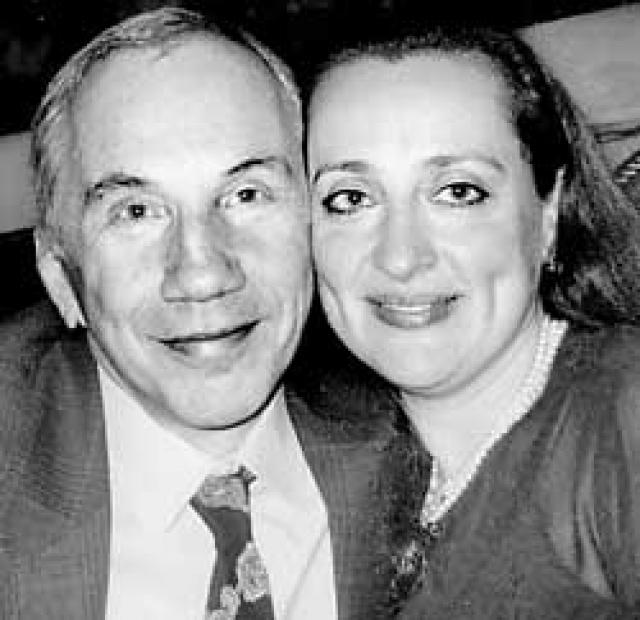 Савелий Крамаров был очень закрытым человеком. Даже его последняя жена Наталья Сирадзе не знала, что во время своего последнего визита в Москву в 1993 году он выкрал из колумбария на Донском кладбище прах своей матери и вывез его в Америку.