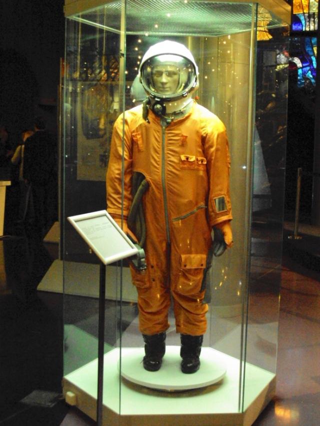 """Во второй раз такой """"космонавт"""" кроме прочего был оснащен радиопередатчиком с магнитофонными записями: чтобы смутить американцев """"Иван"""" передавал на Землю кулинарные рецепты и исполнял хоровые песни."""