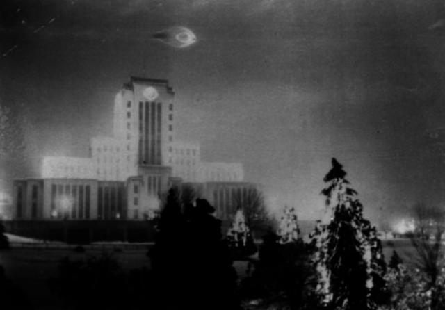 НЛО над зданием мэрии в Ванкувере, США, 1937-й год Согласно историческим записям, этот снимок сделал 21-летний солдат Леонард Ламоро в 1937-м году во время посещения совершенно новой мэрии.