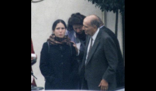 """В графе """"отец"""" у Мазарин стоял прочерк, а самой девочке строго-настрого запретили называть Миттерана папой на людях. О существовании внебрачного ребенка президента французы впервые узнали в 1994 году, когда журнал """"Пари-Матч"""" напечатал снимок, на котором она с отцом выходила из ресторана."""