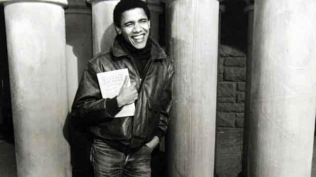 Барак получил диплом с отличием от юридической академии Гарварда. До этого в 1990 году он стал первым черным президентом издания Обзора Судебной Практики Гарварда.