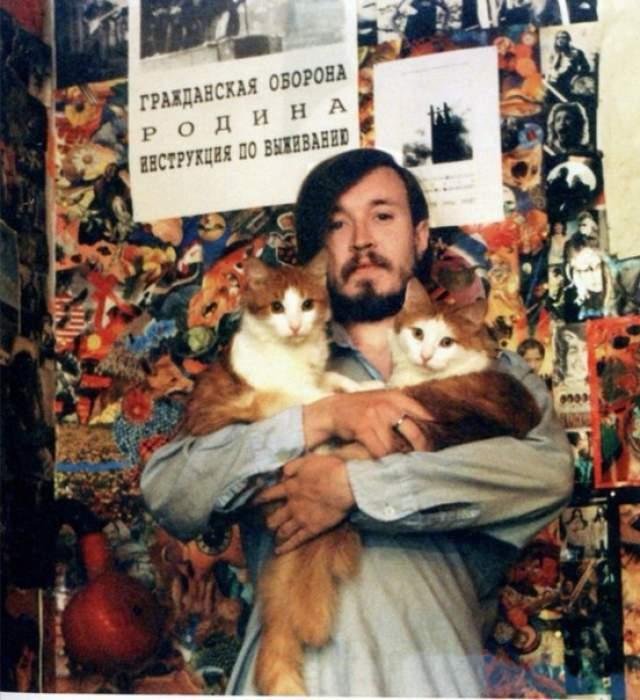 """При жизни у музыканта было три кота: Тиша, Степа и Песик. Первые два — рыжие, третий — черно-белый. Одного он нашел на болоте, втророго в новосибирской подземке, третьего принес """"в перчатке"""" бывший гитарист """"ГО"""" Евгений Махно."""