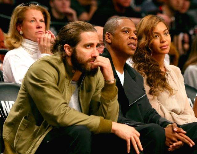Джейк Джилленхол, Jay Z и Бейонсе. О дружбе актера с музыкальной четой ничего не было известно, пока они вместе не были замечены на матче Miami Heat против Brooklyn Nets в мае 2014-го.