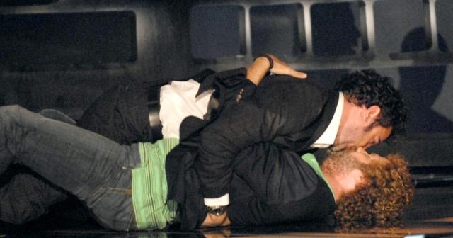 Выйдя на сцену, юмористы сначала попаясничали, но затем все перелилось в поцелуй между ними, и в конечном итоге закончилось все на полу.