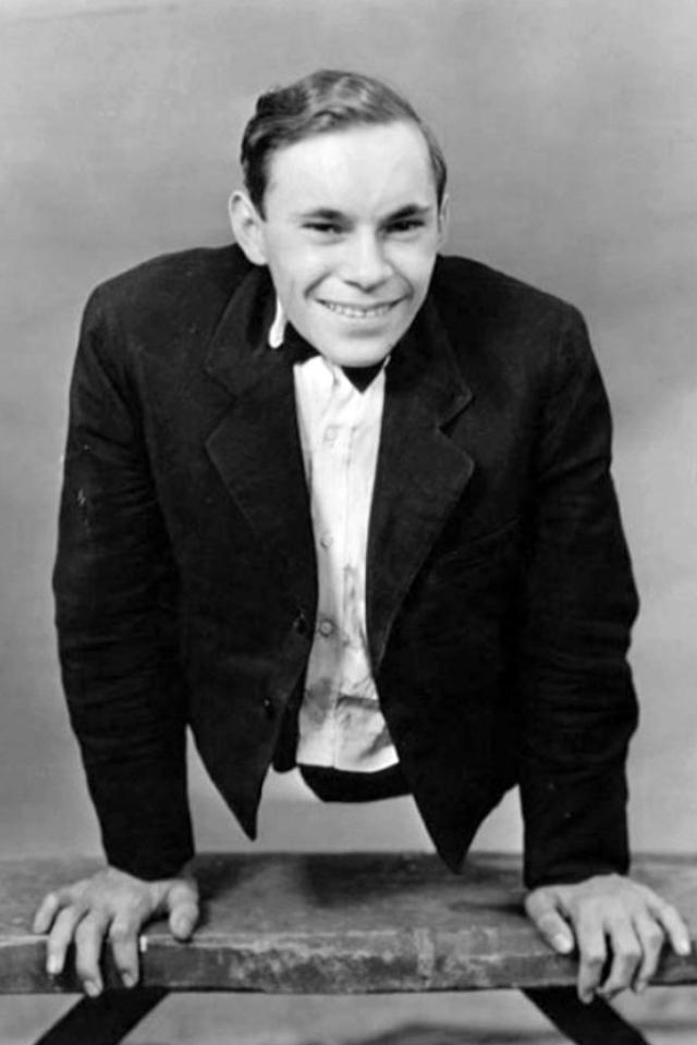 Джонни Экк. Будущий актер появился на свет в 1911 году с телом, которое заканчивалось там, где должны были быть бедра. Будучи человеком на редкость позитивным и по-американски прагматичным, он извлек максимум выгоды из этого обстоятельства.