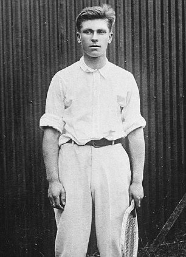 """Среди пассажиров """"Титаника"""" были знаменитый теннисист Карл Бер и его возлюбленная Хелен Ньюсом . Когда случилось столкновение, спортсмен прибежал в каюту и вывел женщин на шлюпочную палубу."""