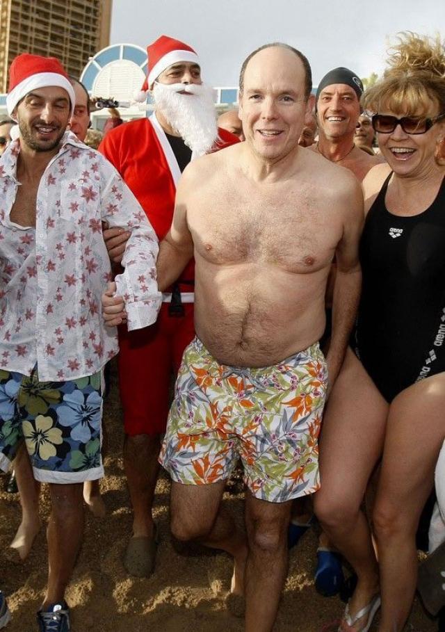Правящего князя Монако Альбера II на отдыхе тяжело отличить от обычного европейского туриста. На снимке он в центре в пестрых шортах с тропическим принтом.