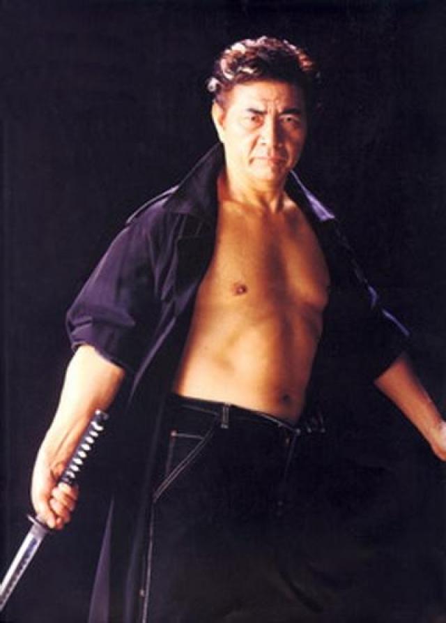 """Сейчас: главное детище Се - """"Институт боевых искусств Се Косуги"""" в Токио. У него двое взрослых сыновей - Кейн и Шейн, которых отец приобщил к занятиям в каратэ и привлекал к второстепенным ролям в своих фильмах."""