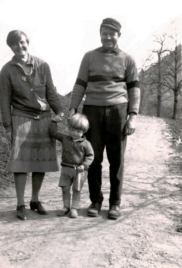 Эрнест чувствовал свою вину, но ничего не мог с собой поделать, и какое-то время они даже жили все вместе в качестве шведской семьи.