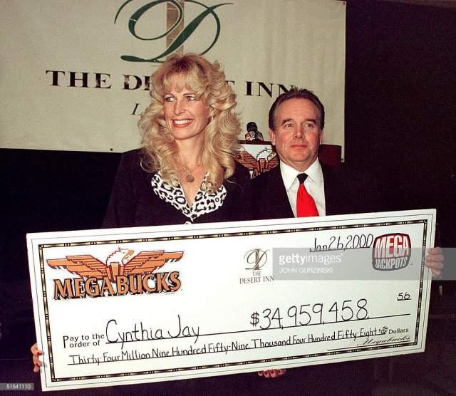 Синтия Джей-Бреннан в день, когда выиграла свои первые 35 миллионов долларов, отмечала в казино день рождения будущей свекрови. Она была в заведении вместе с мужем, Терри Бреннаном, и молодые люди отрывались вовсю.