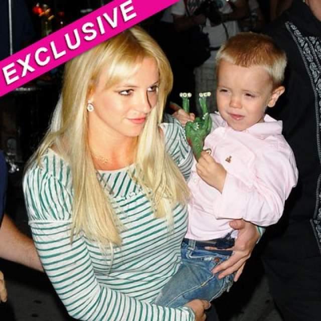 Бритни Спирс. Мало того, что в период депрессии и вредных привычек певица чуть не уронила собственного сына на глазах у фотографов, так еще и ее же охранник заявил, что Бритни бьет детей ремнем.