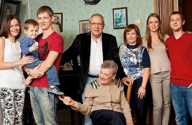 У Юрия Никулина трое внуков: Мария (род. 1981), Юрий (род. 1986) и Максим (род. 1988), и правнук Станислав (р. 2009, Москва).