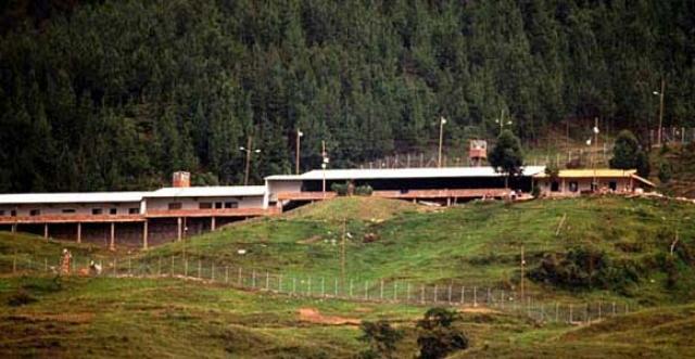 На этот раз Эскобар зашёл слишком далеко. 22 июля 1992 года президент Сесар Гавирия отдал приказ перевести Пабло Эскобара в настоящую тюрьму. Но Эскобар узнал о решении президента и сбежал. На фото: тюрьма «Ла Катедраль»