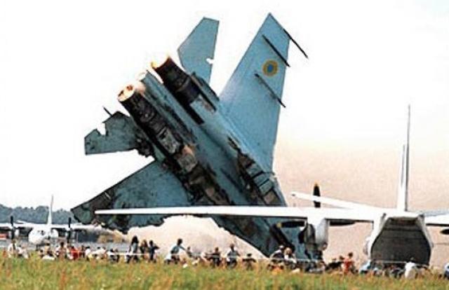 Самолет вошел в нисходящий вираж на малой высоте. Несмотря на попытку выйти из виража вверх истребитель слишком быстро терял высоту и, задев дерево, ударился левым крылом о бетон.