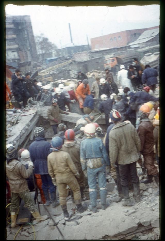 Взносы делали по всему миру, чтобы помочь жертвам землетрясения в течение зимы и восстановить большую часть жилья.