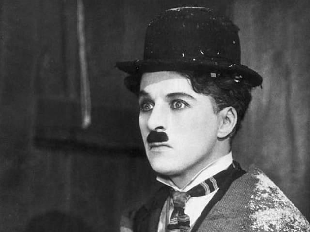 Чарли Чаплин. Довольно внушительную часть жизни комедиант играл персонажа с усиками-щеточкой, таким и остался в памяти большинства современных людей.