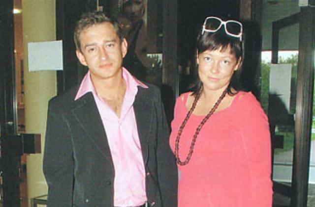 Константин Хабенский. В конце 90-х годов актер только начинал карьеру, когда познакомился с журналисткой Анастасией. Их отношения быстро переросли в романтические, а в 2000 году они заключили брак.