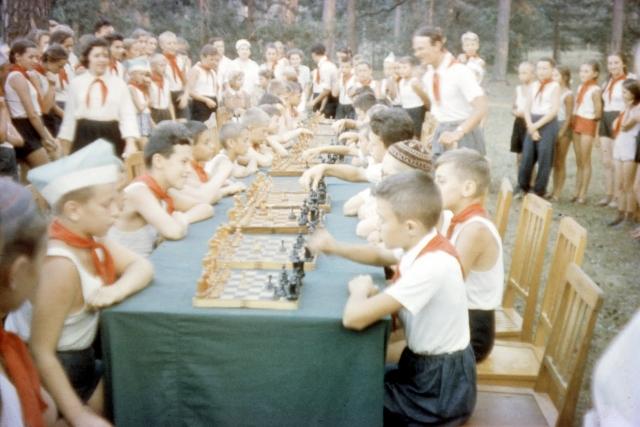 Пионеры играют в шахматы.