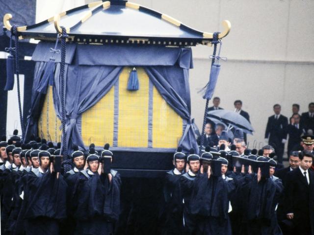 Кстати, даже стоимость среднестатистических похорон в Японии превышает чаще всего отметку в $20 000, так что неудивительно, что проводы в последний путь первых лиц государства обходятся в баснословные суммы.