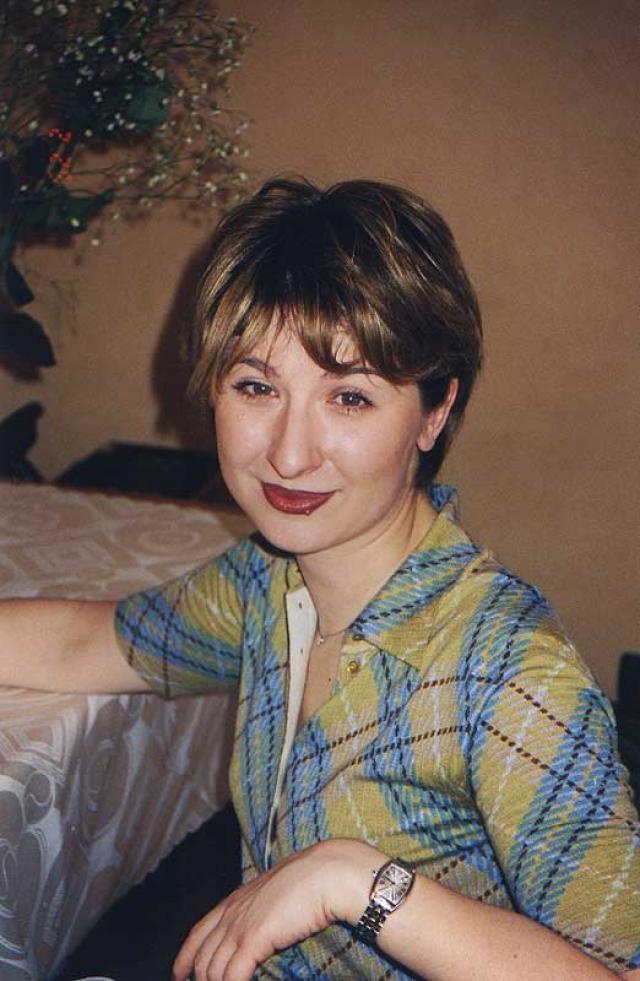 После окончания школы поступила в МГУ на факультет философии (1988-1993 гг.). Закончив учебу в университете, эмигрировала в США.