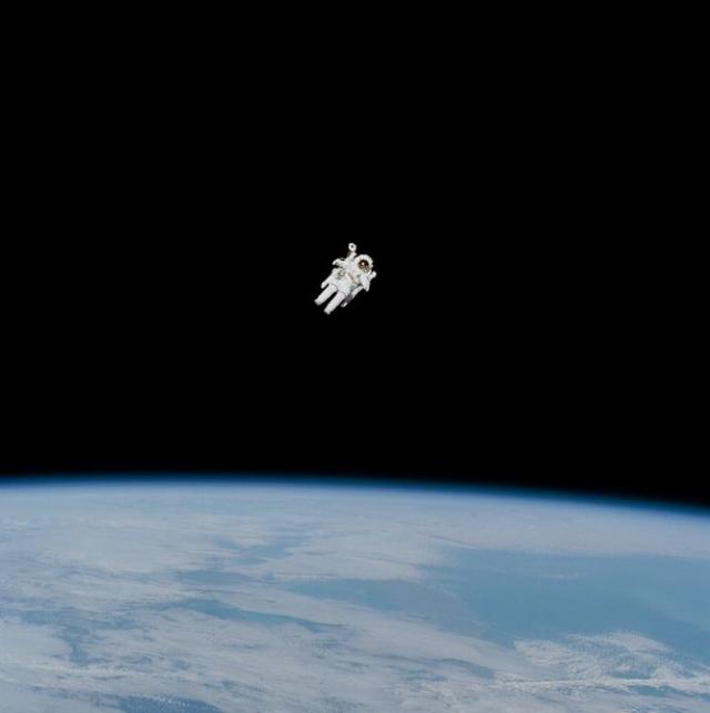 """Фото астронавта Брюса МакКендлиса, впервые """"прогулявшегося"""" в космосе, не закрепленным к космическому кораблю ,1984 год."""